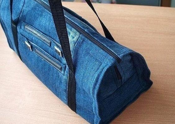 Удобная дорожная сумка из старых джинсов…