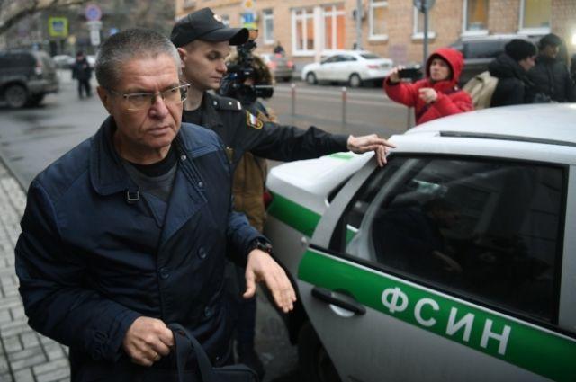 Улюкаеву перед оглашением приговора подарили букет роз