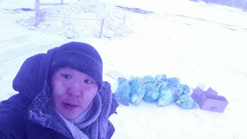 Избавились от грехов и мусора: якутский волонтер собрал 14 пакетов мусора возле купели после Крещения