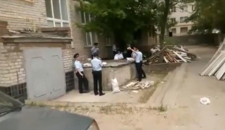 Уволен полицейский, выложивший видео, где стражей порядка кормят на помойке