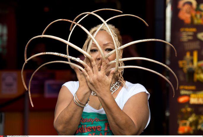 Женщина с самыми длинными ногтями в мире зафиксировала достижение в Книге рекордов Гиннесса