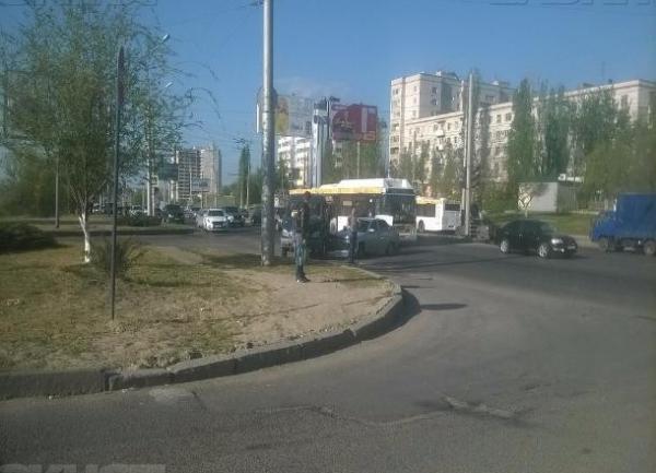 Проехавший на «красный» водитель маршрутки устроил ДТП на юге Волгограда