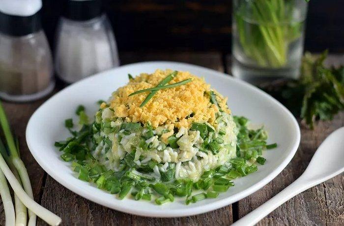 Слоеный салат из черемши с сардиной