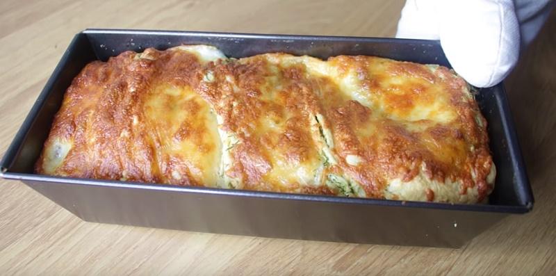 Устоять перед ароматом и вкусом чесночного пирога с зеленью и сыром просто невозможно!