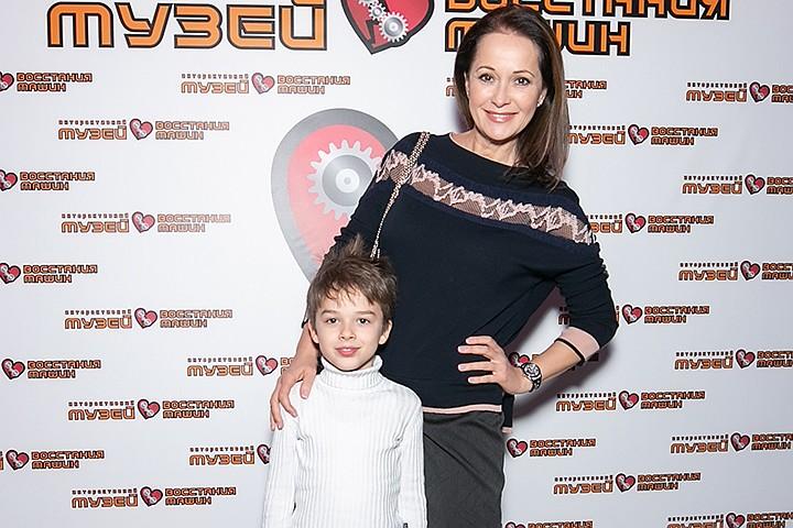 Ольга Кабо сводила сына на кибер-елку