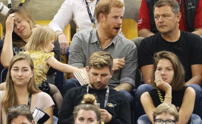 Маленькая девочка стащила попкорн у принца Гарри прямо на стадионе. Его реакция стала бомбой Интернета!