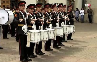 Суворовцы дали концерт на площади перед Казанским вокзалом