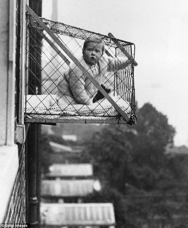 Детки в клетках: как возникла странная мода проветривать малышей за окном и чем всё закончилось