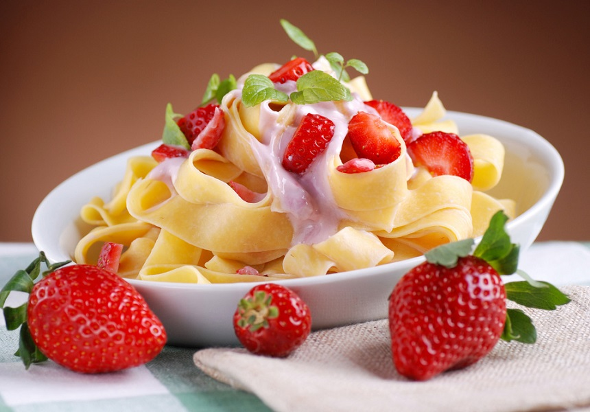 Рецепт быстрого десерта для ленивых от шефа Василия Емельяненко: сладкая паста с клубникой
