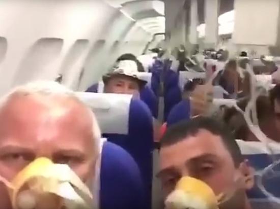 """""""Очень страшно"""": пассажиры засняли аварийную посадку разгерметизированного Airbus 321"""