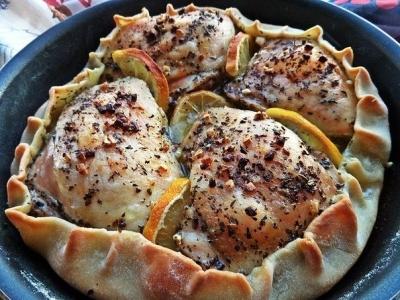 Курица, запечённая в съедобной тарелке.