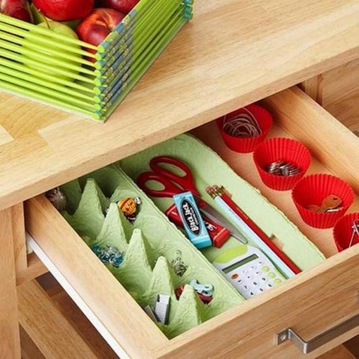 Хранение канцелярских мелочей в картонном лотке для яиц и бумажных формочках для кексов.