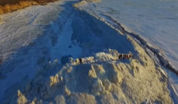 Опубликовано видео с 20-метровой ледяной стеной на границе РФ и КНР