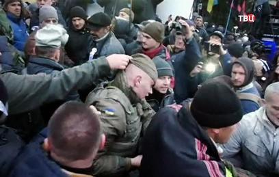 При штурме Октябрьского дворца в Киеве пострадали более 60 силовиков