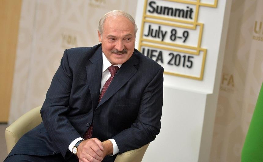 Попытка усидеть на двух стульях: Лукашенко давно ходит по грани..