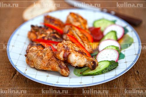 Вкусные и ароматные куриные крылья в соусе готовы! Подавайте их с хлебом и свежими овощами. Приятного аппетита!