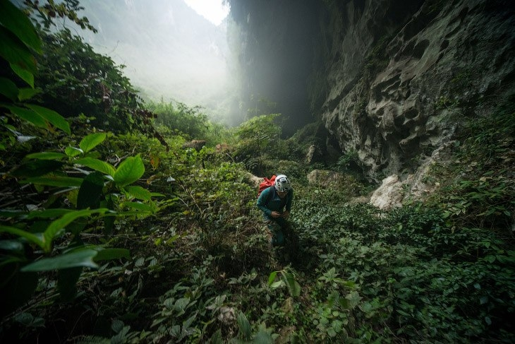 Прогулка по китайской пещере в провинции Гуанси.