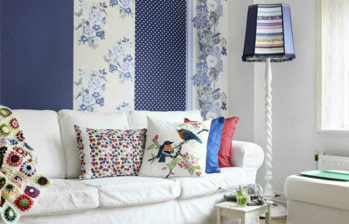 Акцентная стена в синих тонах.   Фото: ConceptualHousePlans.com.
