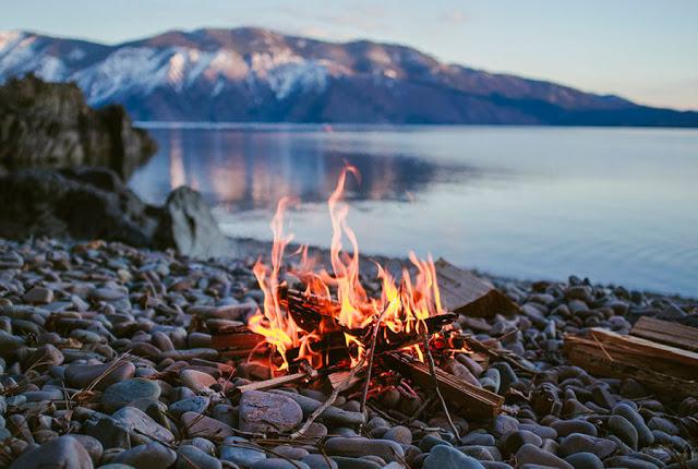 Добывание огня из бамбука методом трения пиления