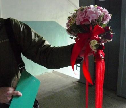 Орхидеи раздора. Сосед пришёл с работы и наткнулся на букет возле родной двери...