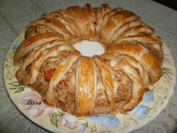 Оригинальное угощение к праздничному столу — мясное кольцо. Никаких долгих стояний возле плиты!