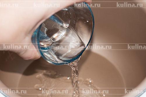 В чашу мультиварки налить воду. Включить режим кипячение.