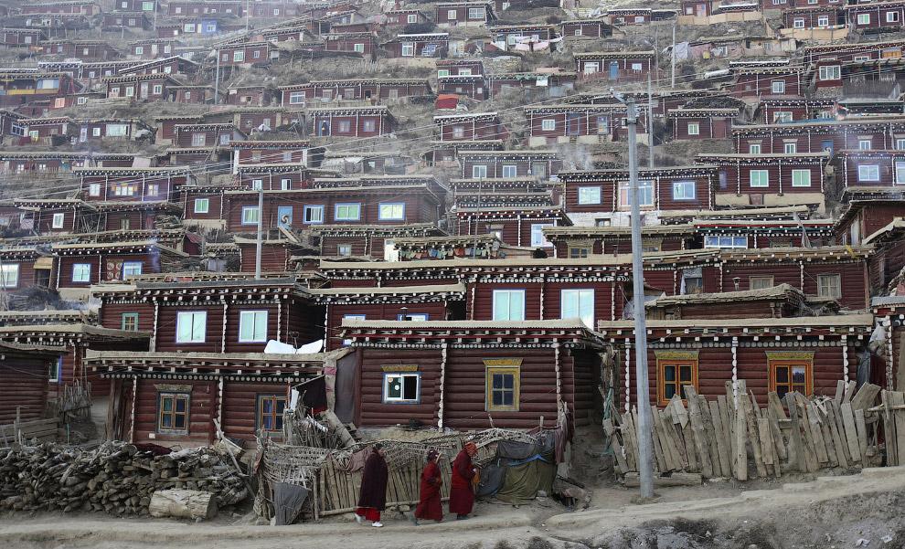 Тибетские общаги чем-то напоминают домики в российских деревнях