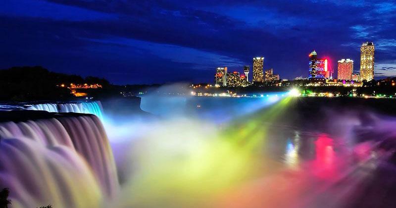 Увидев Ниагарский водопад ночью, туристы теряют дар речи. Захватывающее зрелище!