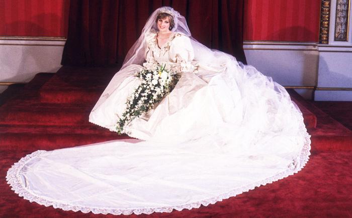 Наряд для помолвки Дианы Спенсер показался журналистам слишком простеньким
