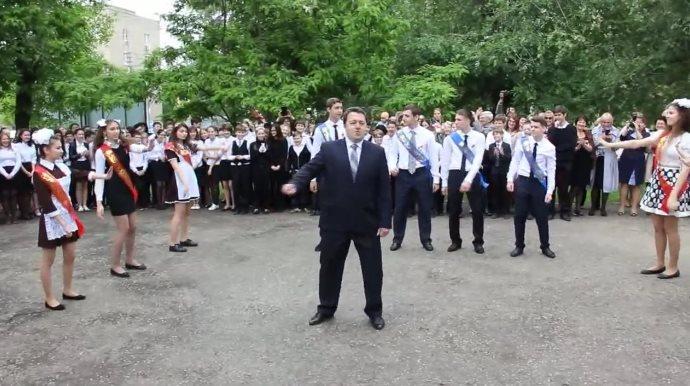 Директор школы показал всем ученикам как нужно зажигать! Вот это мужик!