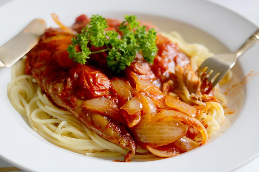 Скумбрия в томатном соусе: простые рецепты