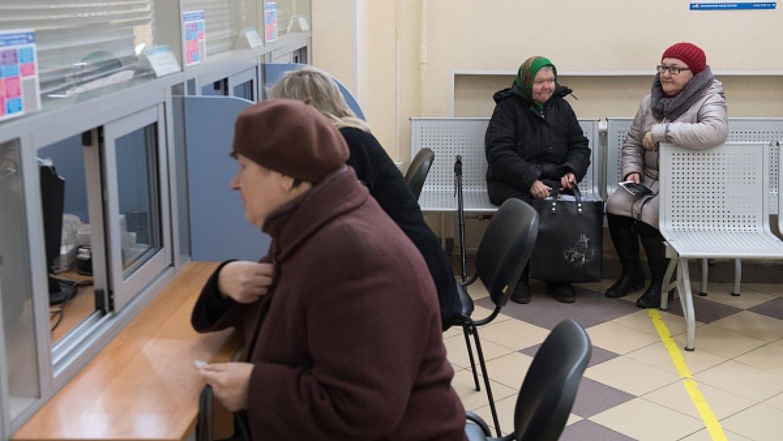 Богатые в России платят меньше в Пенсионный фонд (ПФ). Например Силуанов не доплачивает в ПФ 2 325 480 рублей в год. и в ФСС-567 965 рублей. Так написан закон.