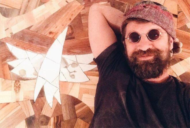 Он сделал потрясающий пол из рандомных кусков дерева) Результат его работы буквально поражает.