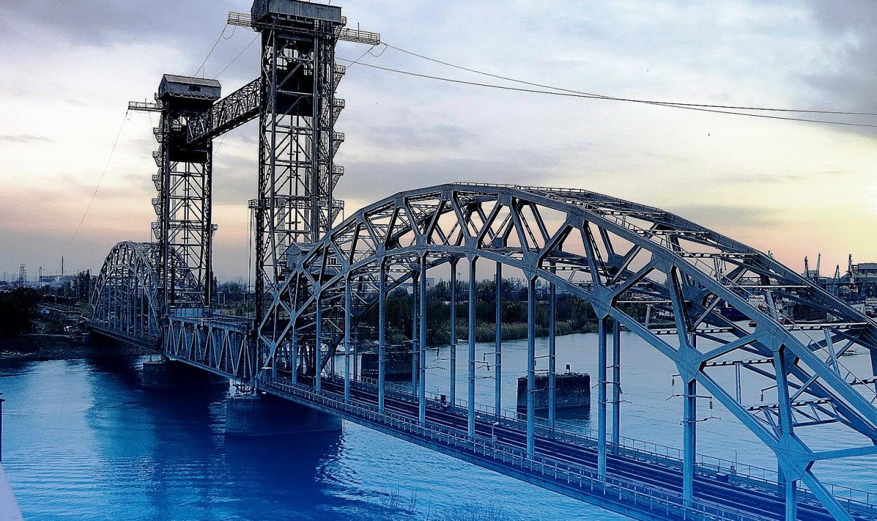 Российские и китайские рабочие соединили две части первого трансграничного ж/д моста через реку Амур