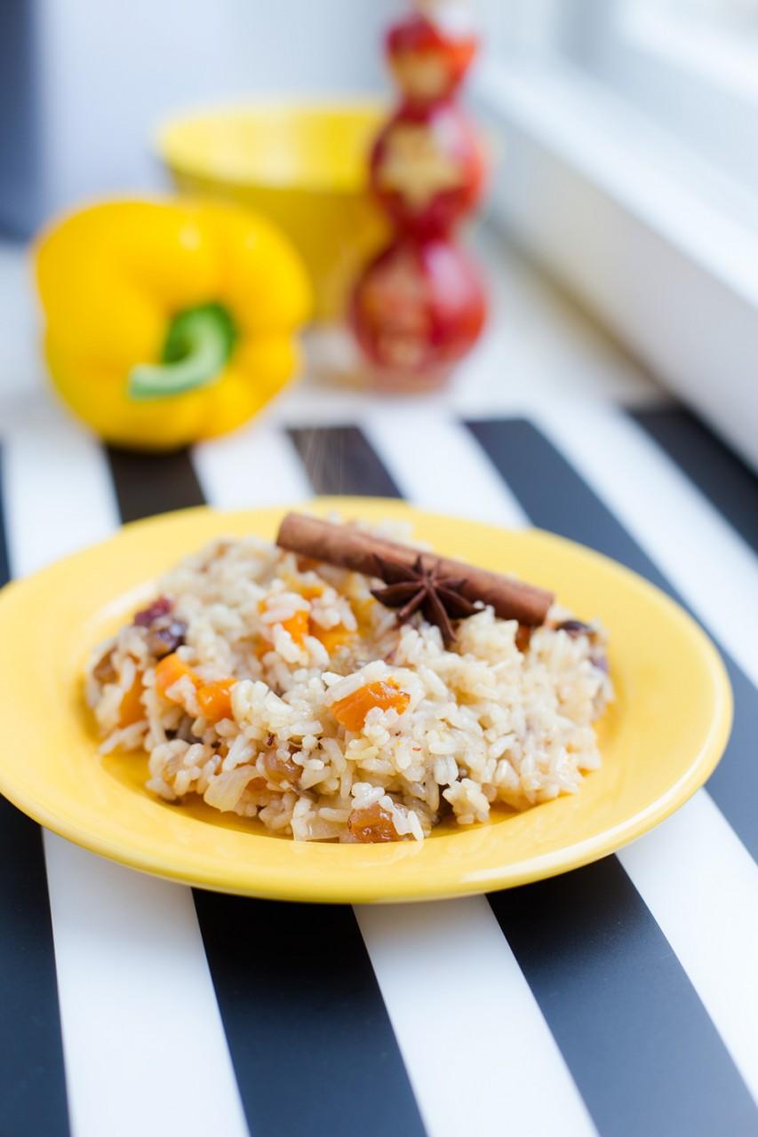 Пряный рис сухофруктами