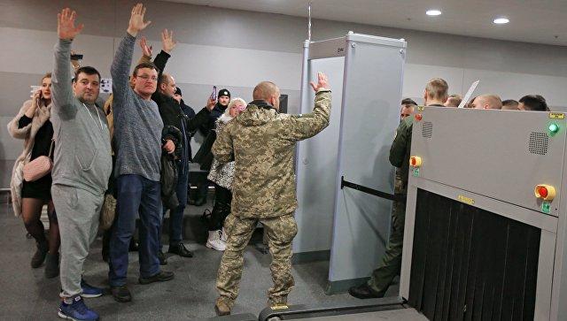 «В отставку»: К администрации Порошенко в Киеве сторонники Саакашвили принесли покрышки