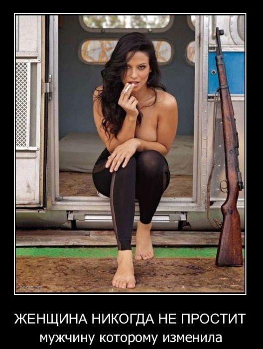 Звонок в дверь.  Женщина смотрит в глазок -  за дверью стоит незнакомый мужчина...
