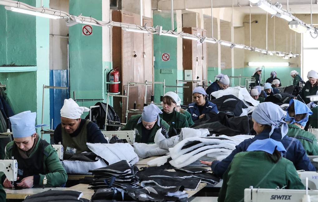 Заключенные на швейной фабрике в Можайской женской исправительной колонии №5 Сергей Савостьянов/ТАСС