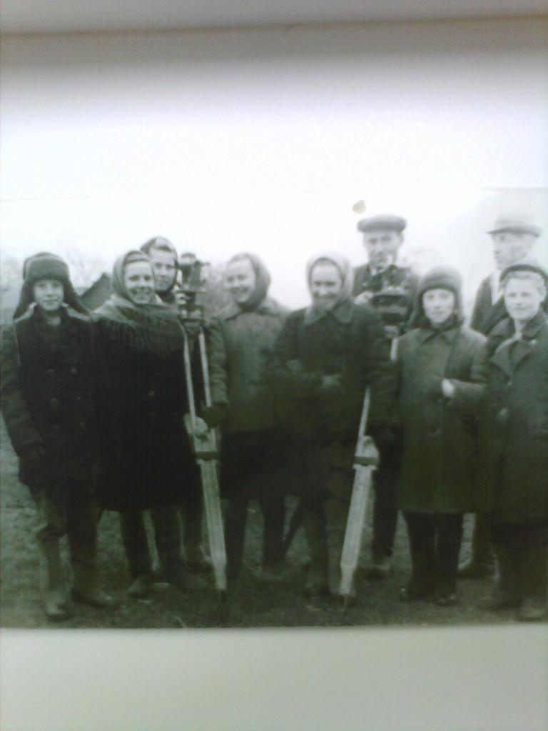 Молодые строители коммунизма. Бригада отличного качества по составлению Генплана г. Пучеж. 1951г.
