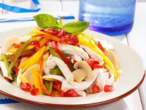 Салат из свежих овощей и куриного филе/Фото: Олег Кулагин/BurdaMedia