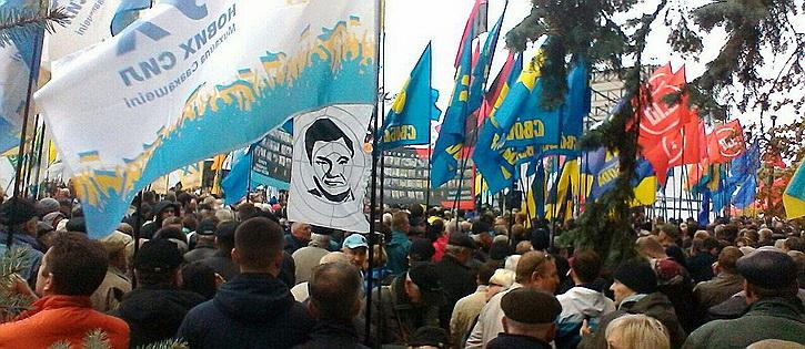 Протестующие у Верховной Рады угрожают вышвырнуть Порошенко