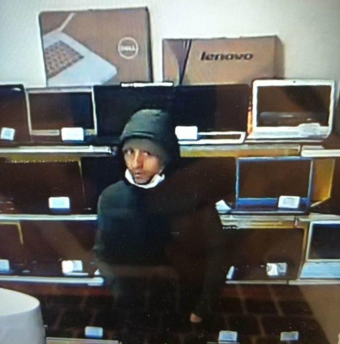 Второй грабитель, который был в медицинской маске видео, екатеринбург, криминал, магазин, ноутбук, ограбление, россия