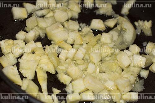 Мякоть нарезать кубиком и обжарить в небольшом количестве растительного масла.