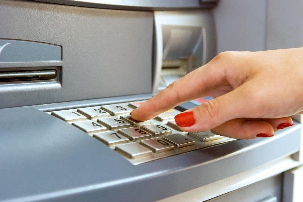 Госдума вводит контроль снятия наличных по картам иностранных банков
