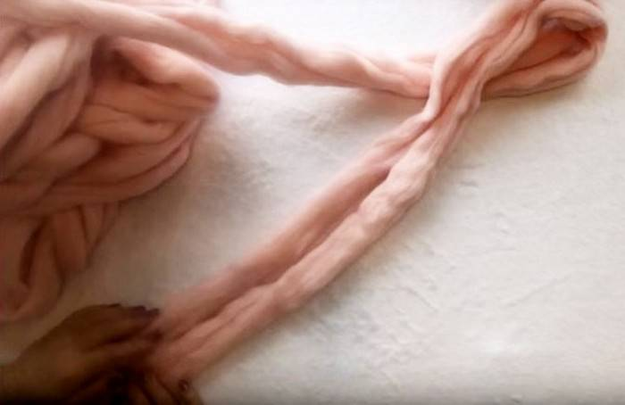 За час и без спиц: Как самому сделать модный шарф-косичку