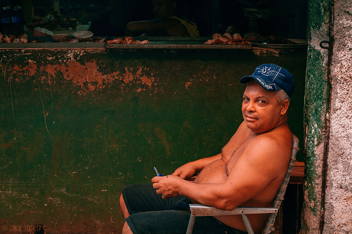 i-spent-20-days-in-cuba-documenting-the-life-of-local-people-12__880