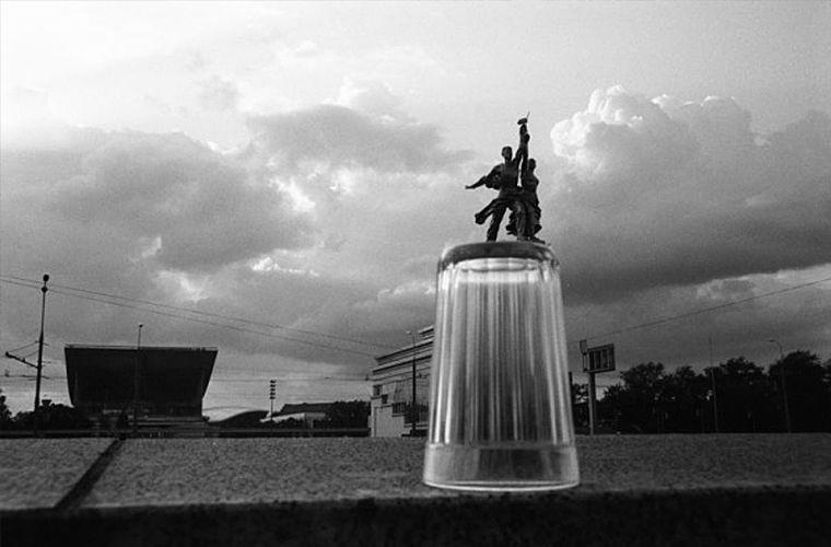 Кстати, об экстерьере. Считается, что уникальную форму ему придумала советский скульптор Вера Мухина — автор знаменитого мемориала «Рабочий и колхозница» (отсюда и одно из народных названий стакана — «мухинский»). СССР, граненый стакан, губастый, история, посуда, стакан, стекло, факты