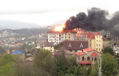 Площадь пожара в жилом доме в Сочи увеличилась до 600 квадратных метров