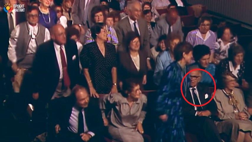 Когда люди узнали, КТО рядом с ними сидит, немедленно встали в знак почета