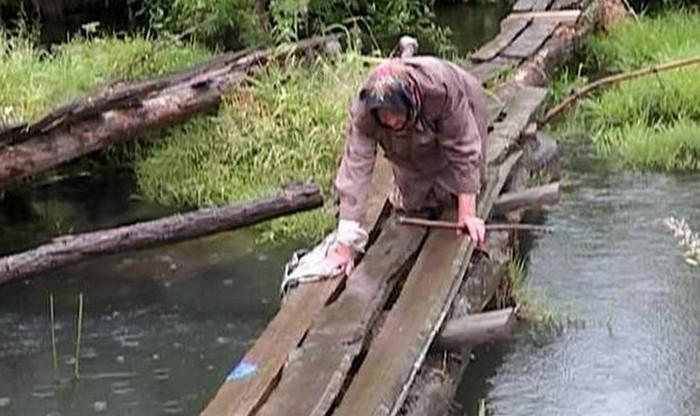 Ветеран ползет по ветхой переправе над рекой Оптуха и Реальная сила интернета